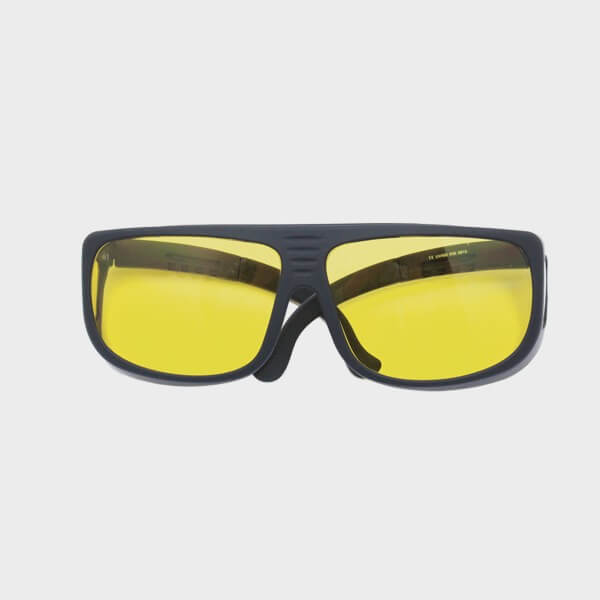 Surlunettes de soleil quatre verres jaunes