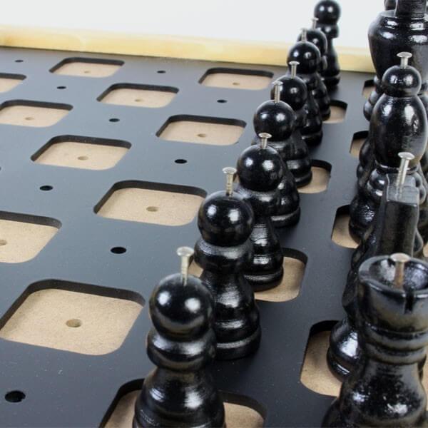 Jeu d'échecs de table avec repères tactiles